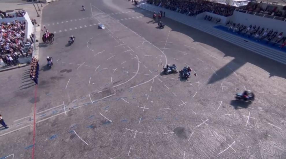 """Полицаи се """"изложиха"""" на парада за Деня на Бастилията в Париж (ВИДЕО)"""