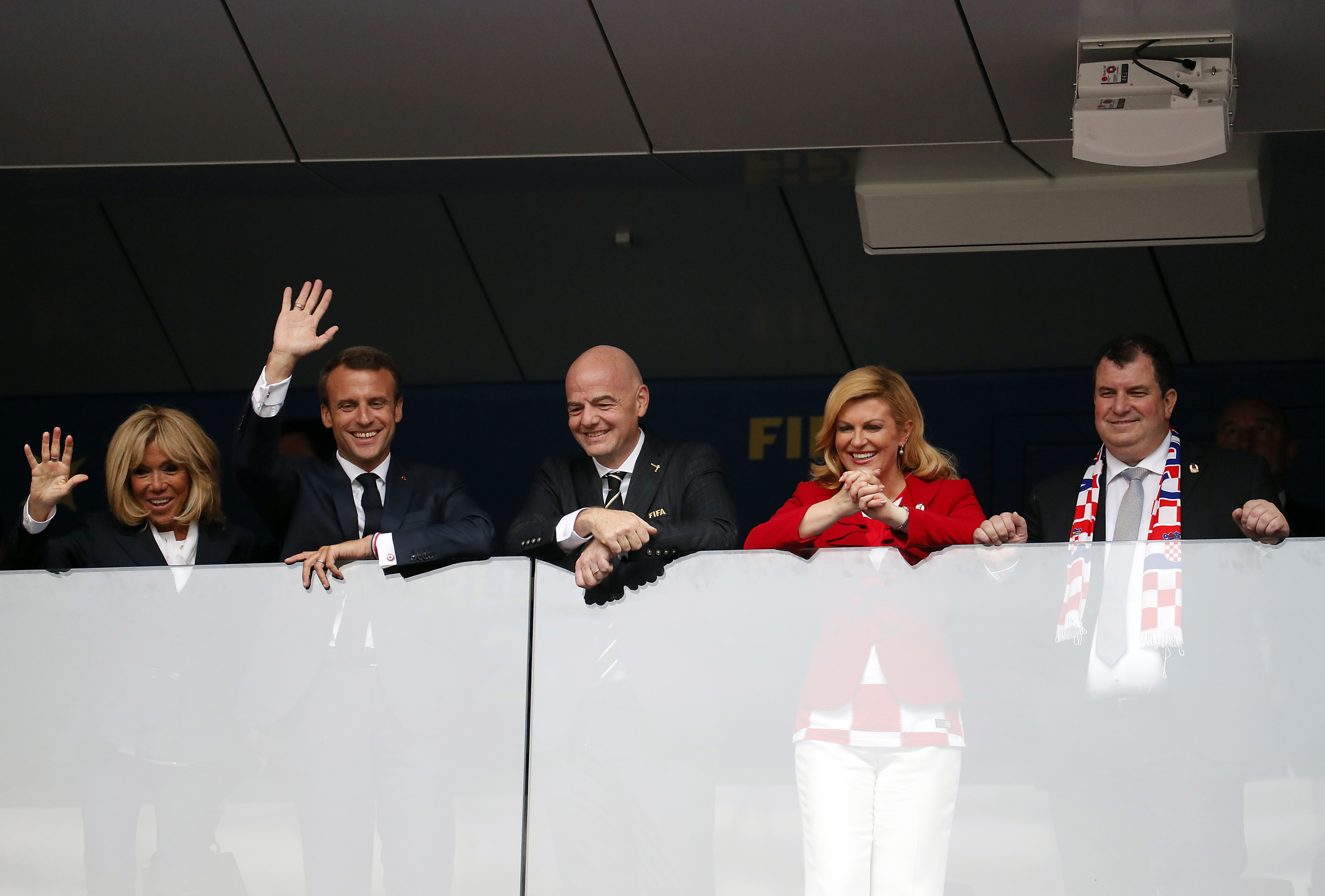 """Макрон и хърватската президентка Колинда Грабар-Китарович останаха под дъжда и се измокриха до кости, докато руският президент Владимир Путин бе удобно покрит с чадър. Изданията в Европа пишат, че двамата са спечелили симпатиите по време на тази невероятна сцена. Хърватската президентка е запазила търпението си и усмивката си и е продължила да поздравява и прегръща футболистите въпреки проливния дъжд. Подобна е била и реакцията на Макрон, за когото изданията на шега пишат, че и той като националите е """"намокрил фланелката си"""". Коментатори пък критикуват Путин за проява на неелегатност точно в този момент и смятат, че той е трябвало бързо да отиде с чадъра до хърватската си колежка и да я предпази от дъжда."""