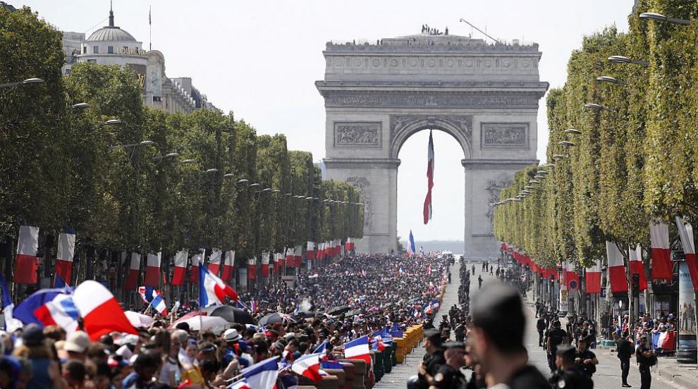 Франция посрещна световните шампиони, празненства по улиците (СНИМКИ/ВИДЕО)