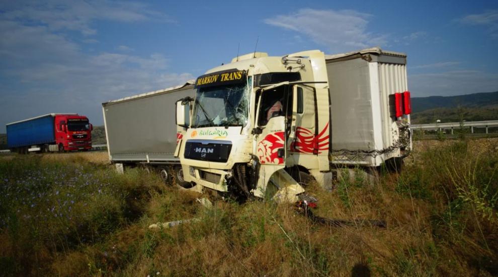"""ТИР се блъсна в стената на тунела на магистрала """"Струма"""" край Кочериново (СНИМКИ)"""