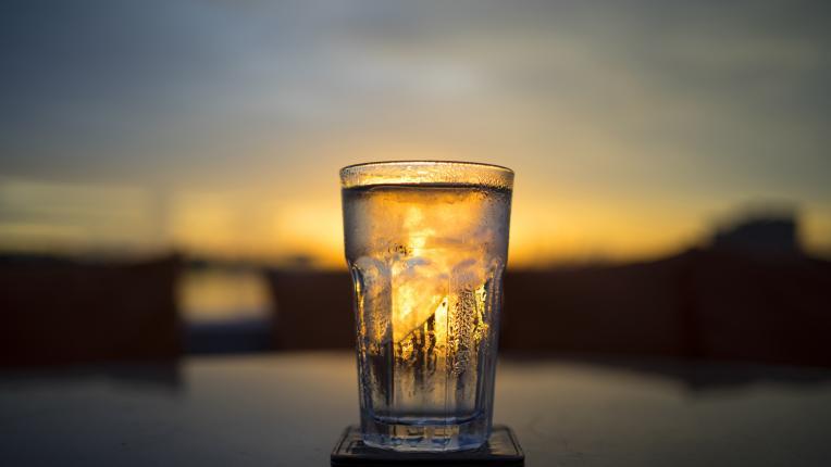 Чаша вода на празен стомах: ритуалът, който трябва да започнете още днес