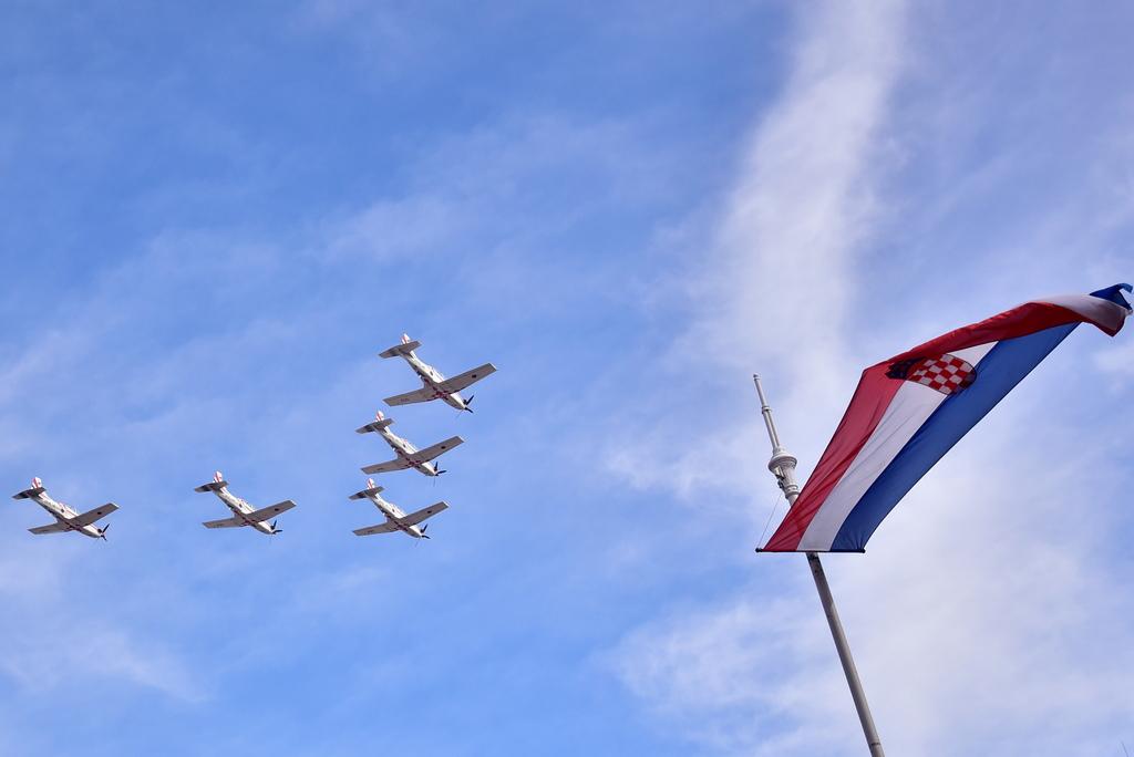 Около обяд самолетът с футболистите се приземи на летището в Загреб, където бе посрещнат от два изтребителя като почетен ескорт. Слизайки по стълбата, сребърните медалисти бяха посрещнати от военен оркестър, военен салют и хиляди фенове.