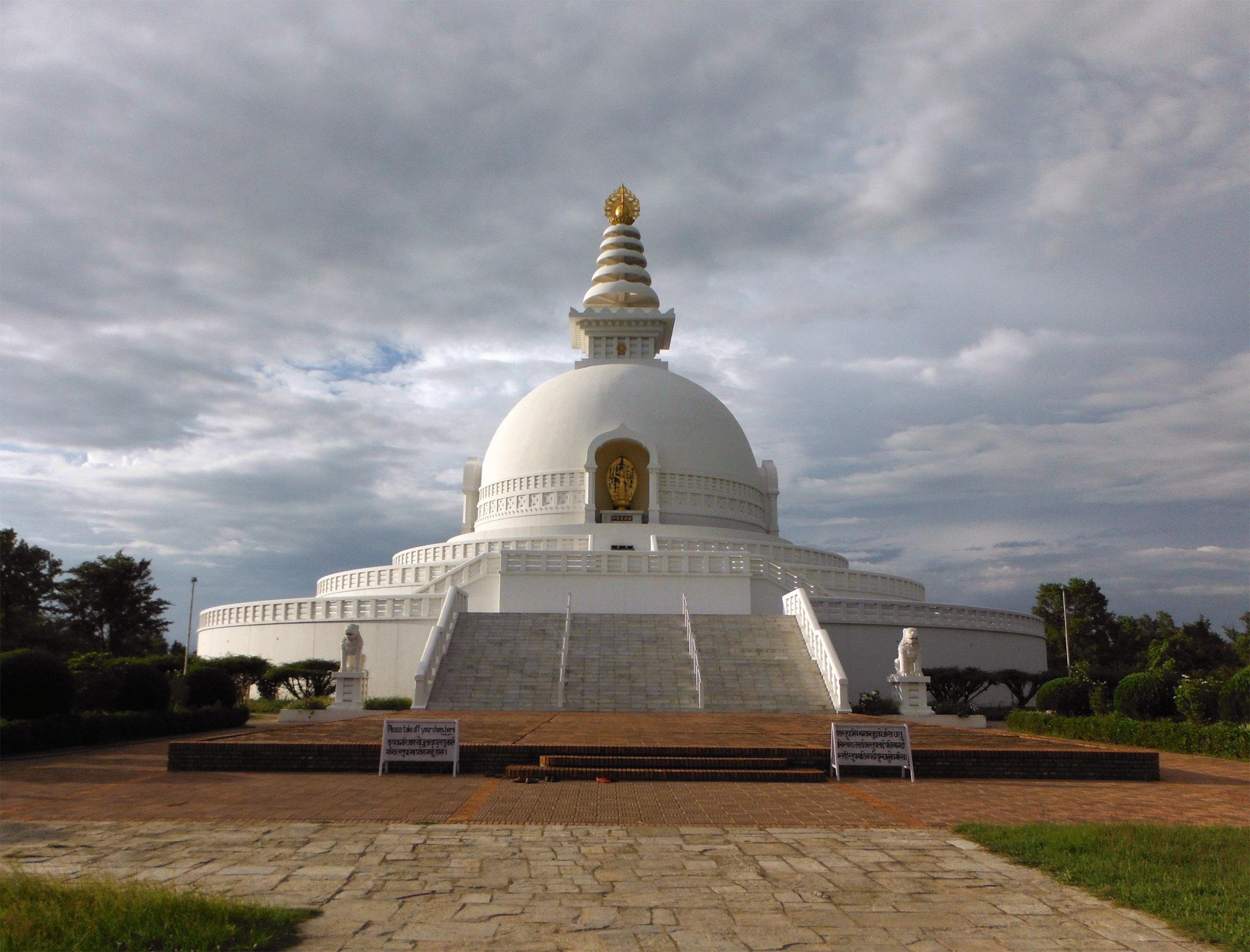 Лумбини, Непал<br /> <br /> В продължение на десетилетия Лумбини е бил просто място по пътя на пътешествениците от Индия към Непал, като често те не осъзнавали, че са минали на метри от рожденото място на Буда. Днес, благодарение на усилията на международната будистка общност, Лумбини е във възход, но въпреки наследството си, този свещен обект остава сънливо отклонение от пътя на туристите.