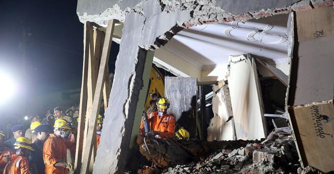 Шестетажна сграда в строеж рухна тази нощ върху съседно здание