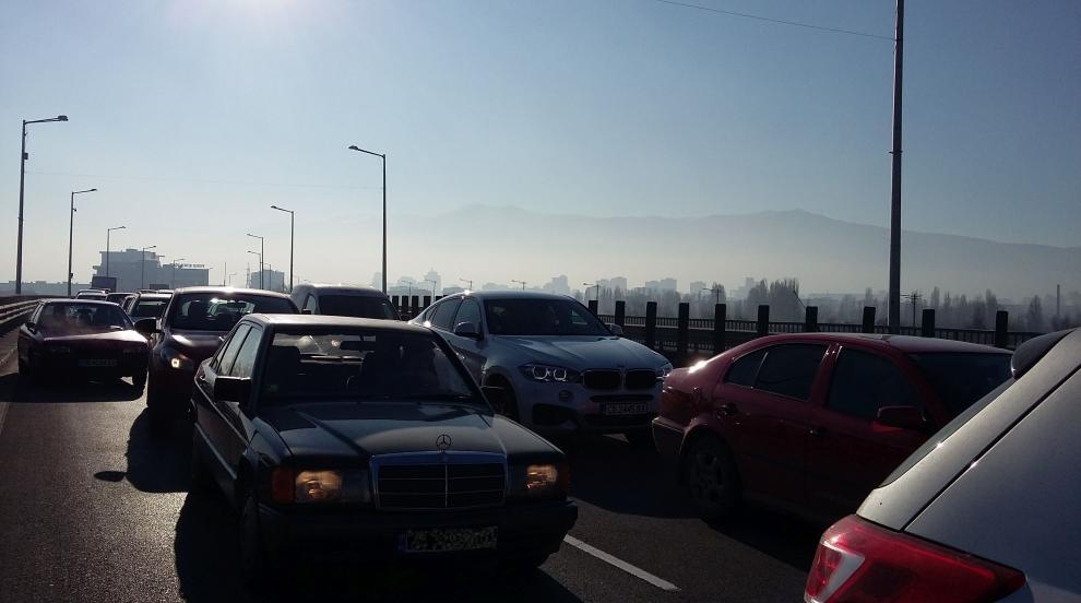Идея: Плащаш на светофар в София да ти измият стъклата на колата, глобяват те