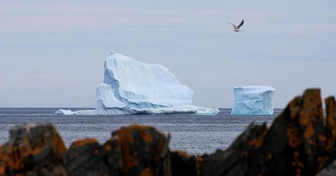 Над гренландскосело надвисна айсберг, който е толкова голям, че се