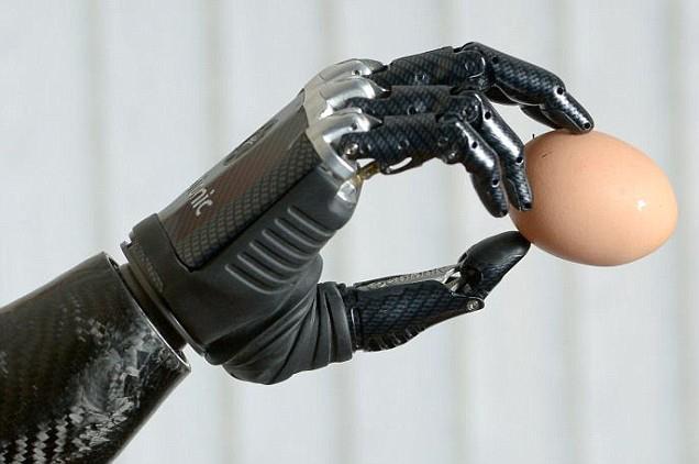 Найджъл е първият човек в света, който получава бионична ръка, която е изключително реалистична и функционална.