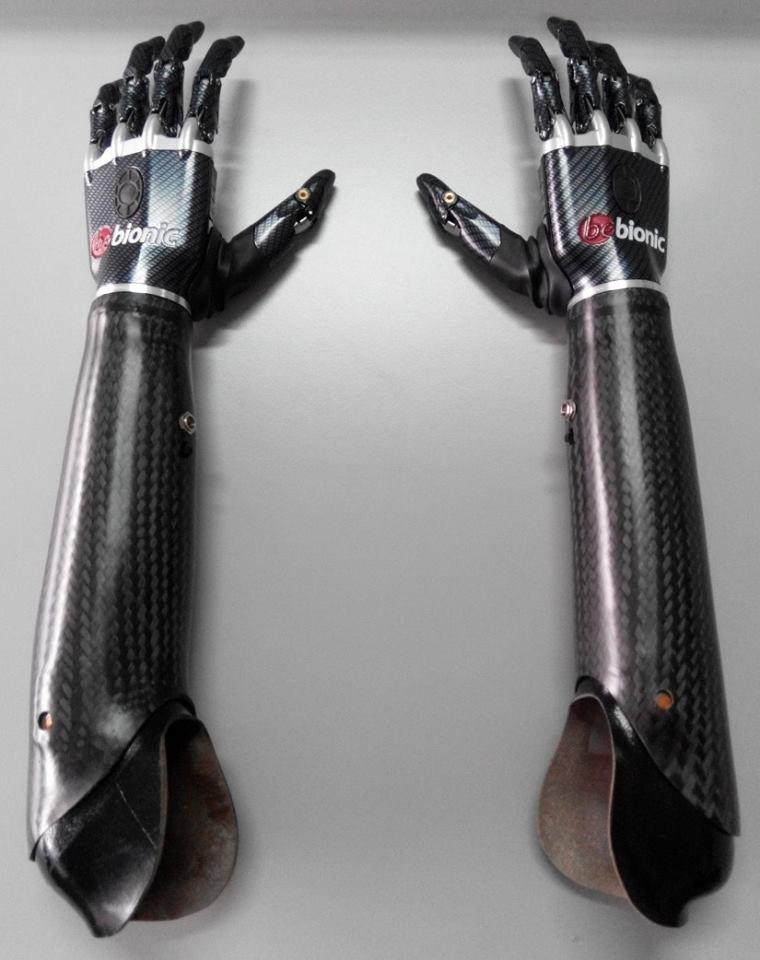 """Изкуствената ръка позволява извършването на множество прецизни жестове и по същество пресъздава в реалността протезата на Люк Скайуокър от """"Междузведни войни""""."""