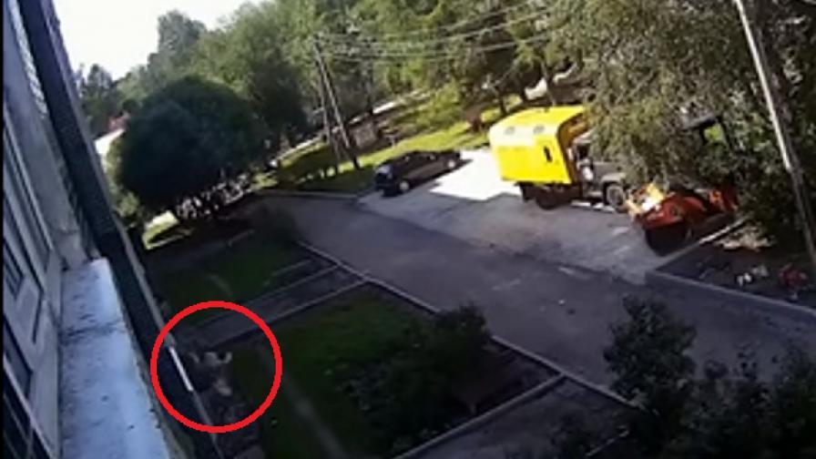 Работници уловиха момче, падащо от четвъртия етаж в руски град