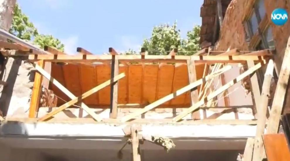 Част от стара къща се срути върху магазин в Хайредин