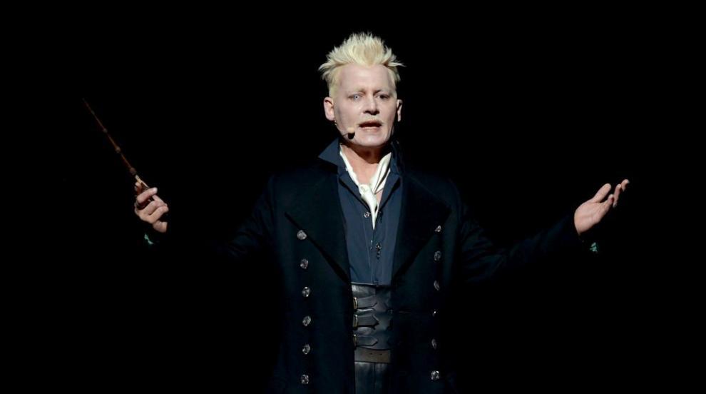 Джони Деп поздрави феновете си с магическа пръчка (СНИМКИ)