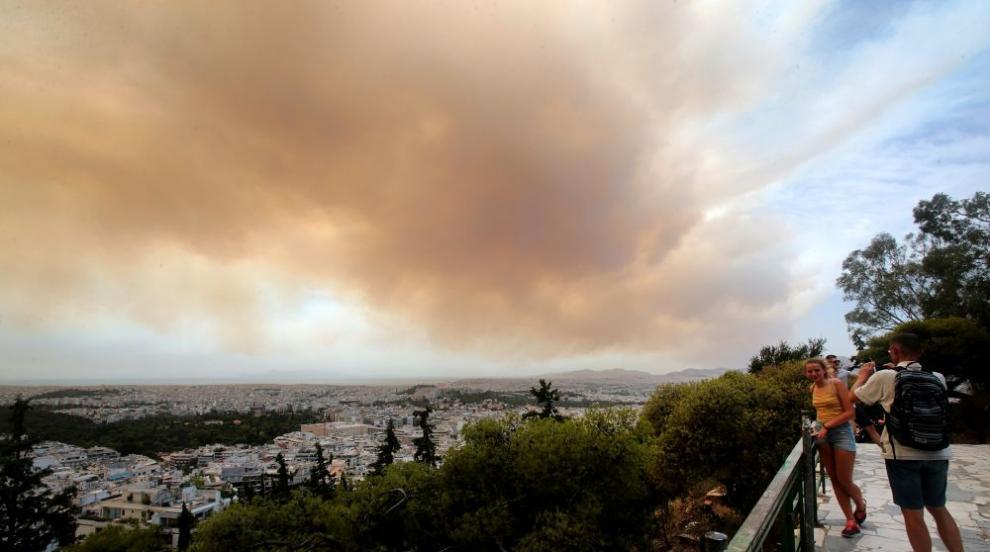 Голям горски пожар бушува в Гърция (СНИМКИ)