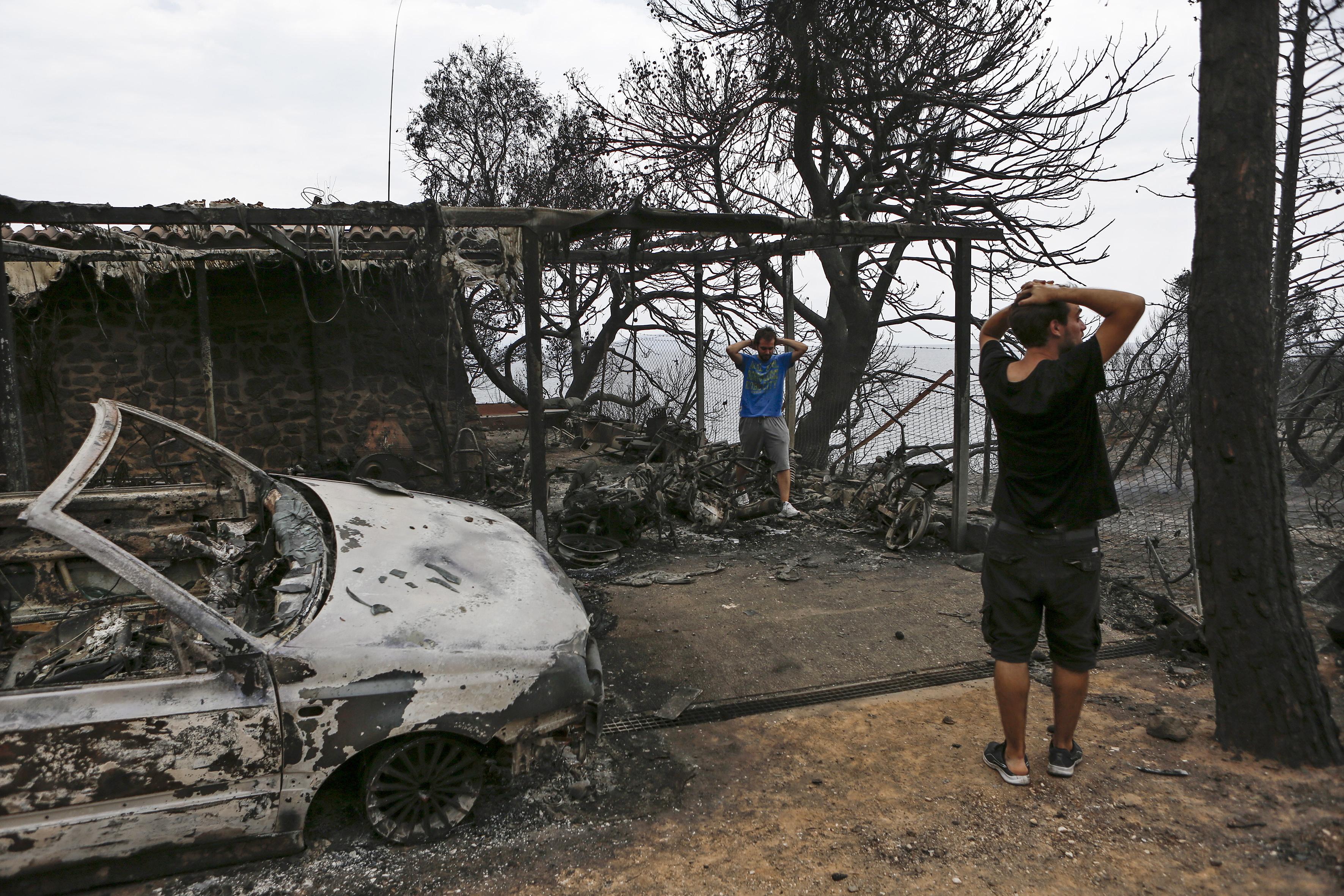 Опожарени са 1 000 къщи и 300 автомобила. Има опасения, че броят на жертвите може да се увеличи.