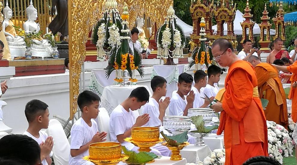 Спасените от пещерата тайландски момчета стават монаси за 9 дни
