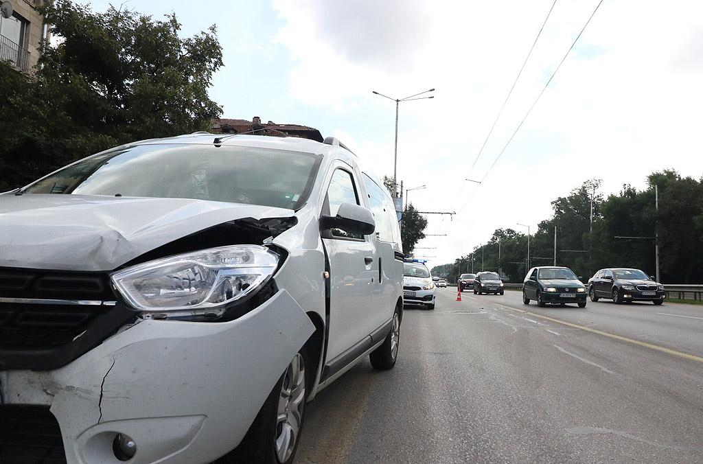 """Мъж на 39 г. е приет в Спешното отделение на УМБАЛ """"Св. Анна"""" - София АД, след като е пострадал леко при верижна катастрофа с три автомобила на бул. """"Цариградско шосе"""" в София, съобщиха от болницата. Мъжът няма да бъде хоспитализиран"""