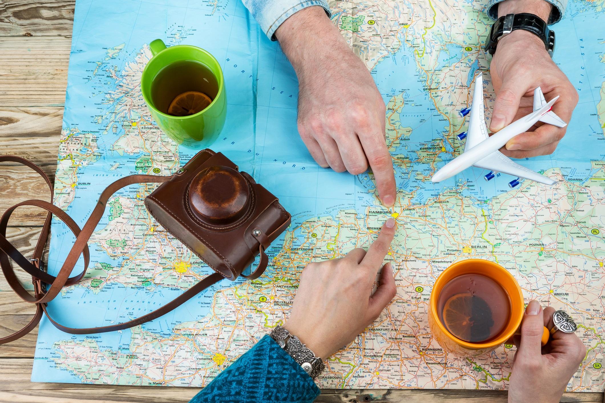 Изберете дестинация, която и двамата обичате<br /> <br /> Да решите къде ще пътувате е също толкова важно, колкото и самото решение да пътувате заедно. Ако дестинацията не се харесва и на двама ви, нещата могат сериозно да се объркат. Ако не харесвате слънцето, не се съгласявайте с ваканция на плажа. Само защото сте с нов партньор, не означава, че изведнъж ще заобичате пясъка и сърфа. Ако не сте сигурни как да изберете дестинацията, помислете за нещата, които бихте искали да правите заедно. Нов град може да ви предложи културни събития и проучване на нови местенца, а природата – повече разходки или мързеливо отпускане.