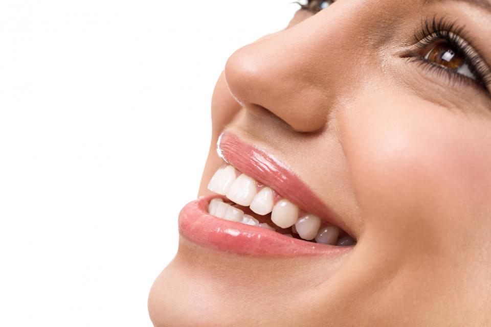 бели зъби блестяща усмивка