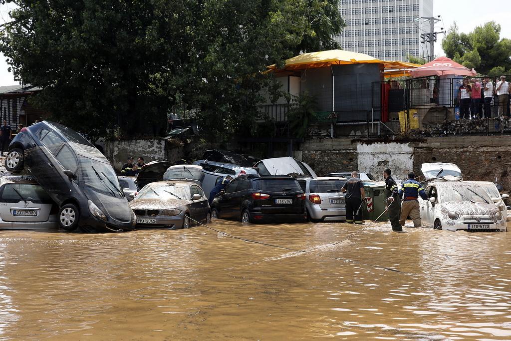 Улици, паркинги и подлези в гръцката столица са под вода след интензивните дъждове в района на Атина, излели се през изминалото денонощие.