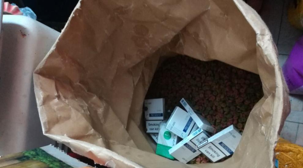 Митничари откриха нелегални цигари в торби с кучешка храна
