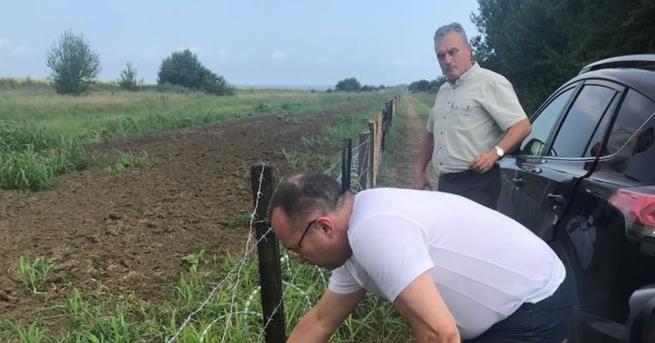 До момента са изградени 81 км от телената ограда срещу