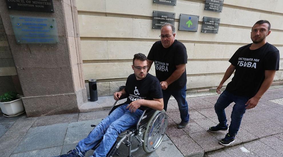 Оставиха младеж с увреждане в приемната на Министерския съвет