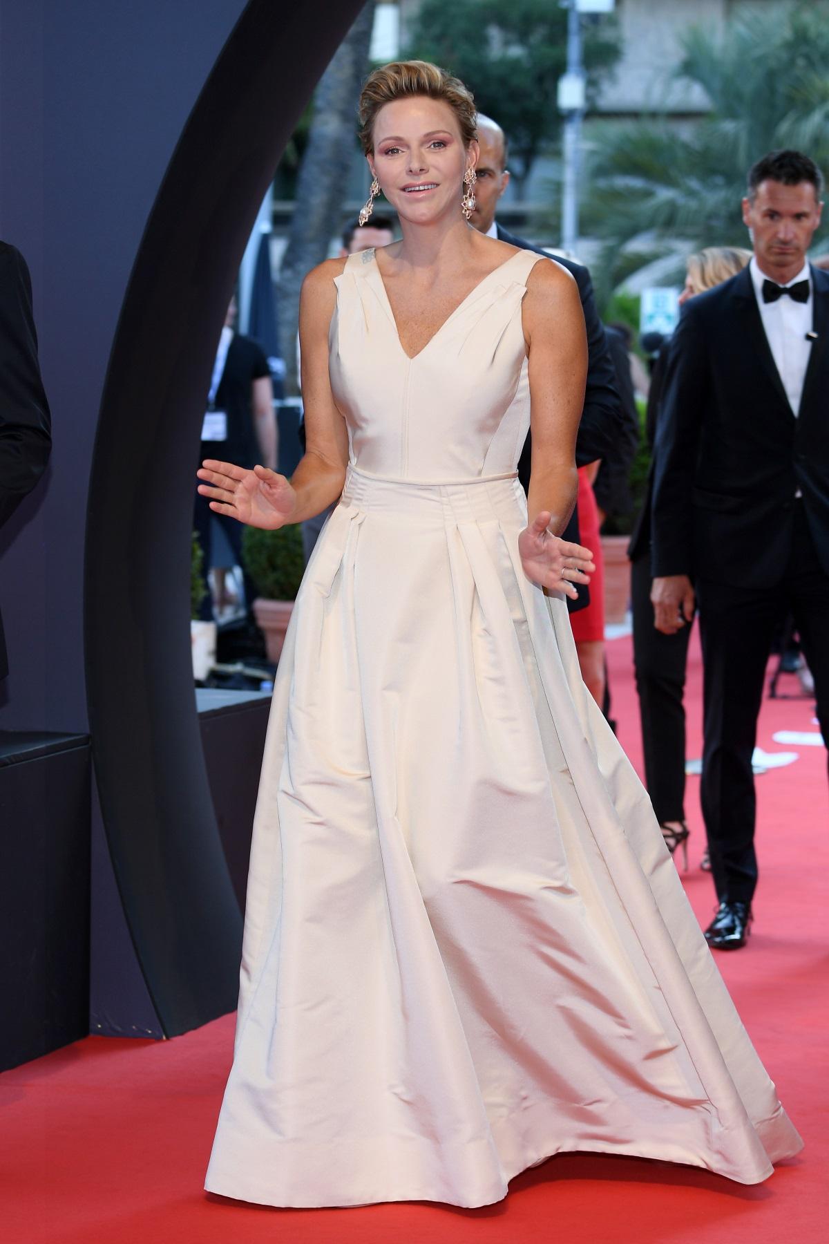 Чарлийн - принцесата на Монако, е известна с безупречния си стил. Независимо дали е облечена с дънки и сако на градинско парти, или с дълга сребриста рокля на официална вечеря, съпругата на принц Албер II изглежда впечатляващо.