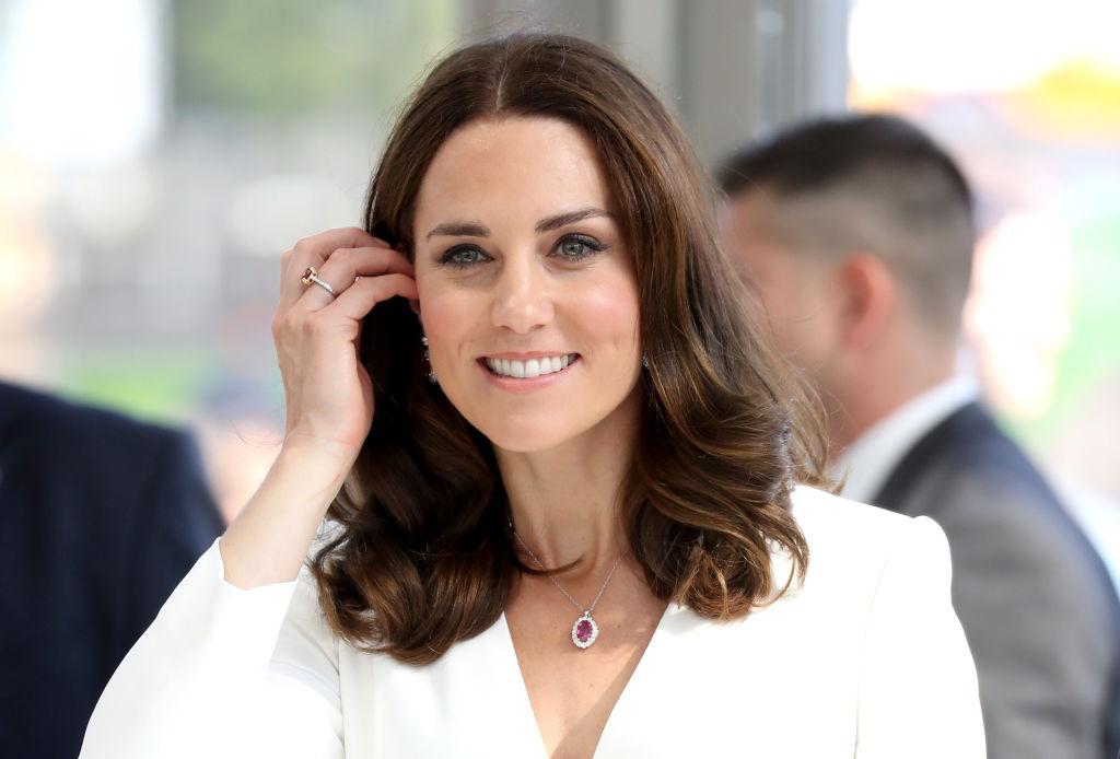 Кейт Мидълтън е известна със своя безупречен вкус и стил. Нейните дрехи винаги са внимателно подбрани, за да подхождат на мястото и събитието, на което присъства. Представяме ви най-скъпите тоалети, които херцогинята на Кеймбридж облече през последната една година.
