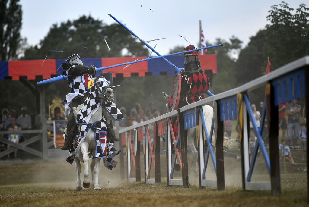 Основната цел на състезателите е да се удари противника с дълго копие по време на езда срещу него с висока скорост, при което или копието да се счупи в щита му или той самия да падне от коня.