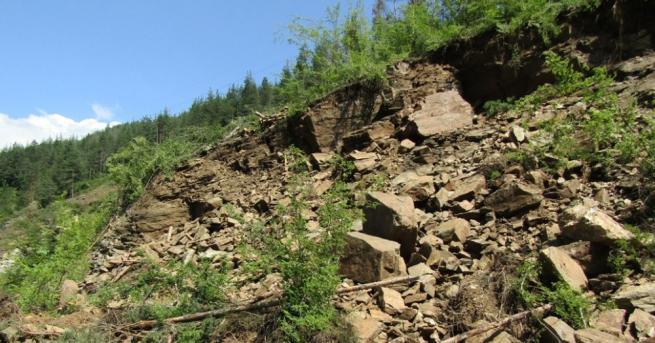 Скална маса се е срутила на крайбрежния път между курортен