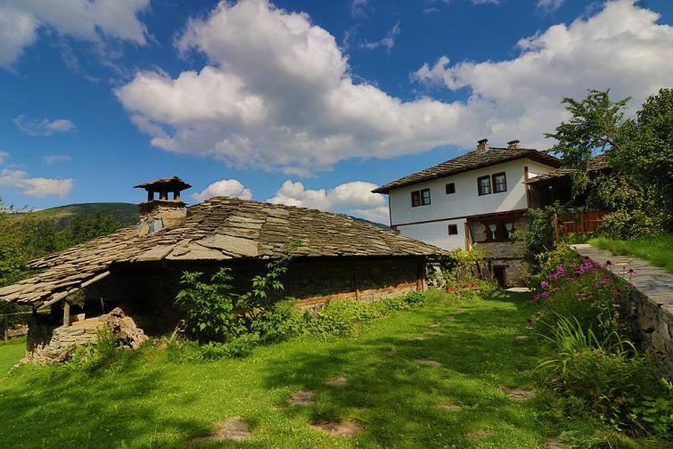 Село Ковачевица се намира в планински район, в Западните Родопи. На около 24 километра е град Гоце Делчев, а най-близкото населено място до Ковачевица е село Горно Дряново, на 5 километра. Селото е запазило автентичния си вид от XVIII - XIX век и е обявено за ...