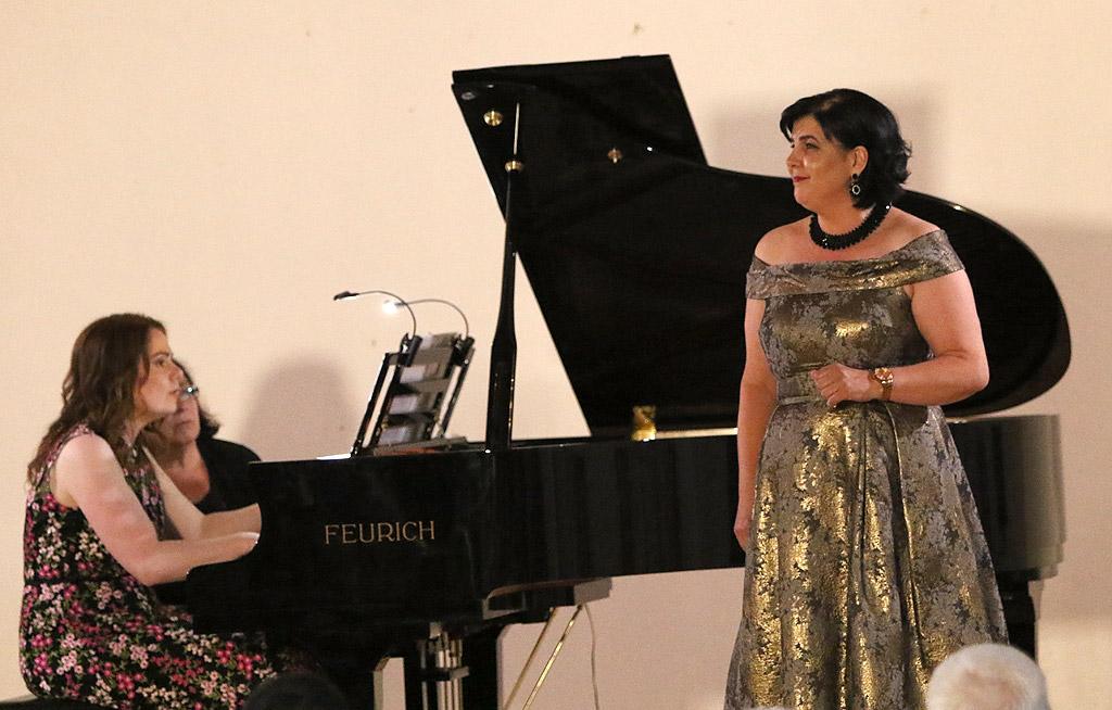 Лора Чекоратова, пиано и Мариана Карпатова, мецосопран