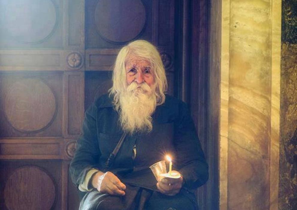 """Дядо Добри (10914-2018)<br /> На 13 февруари на 103 г. почина дядо Добри. Приживе той беше пример за мнозина и обичан заради своята благост. Раздаваше събраното от него като просяк на църкви и манастири. През 2005 г. дядо Добри дари 10 хил. лева за църквата """"Св. Кирил и Методий"""" в Байлово. Две години по-късно даде 25 хил. лева за реставрацията на Елешнишкия манастир и църквата на село Горно Камарци, а даренията за храм-паметник """"Свети Александър Невски"""" са на стойност 35 700 лева."""
