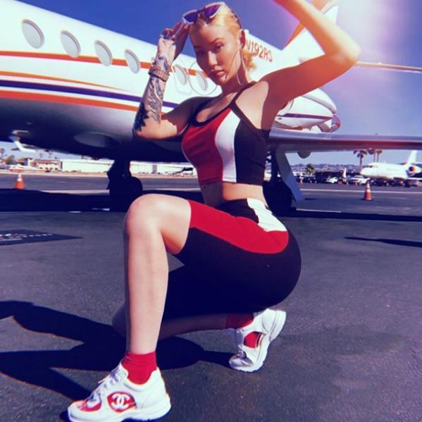 """- Иги Азалия представи новия си албум напълно гола, прикрита само с чанта """"Прада"""". 28-годишната австралийска певица сподели поредица от голи снимки в..."""