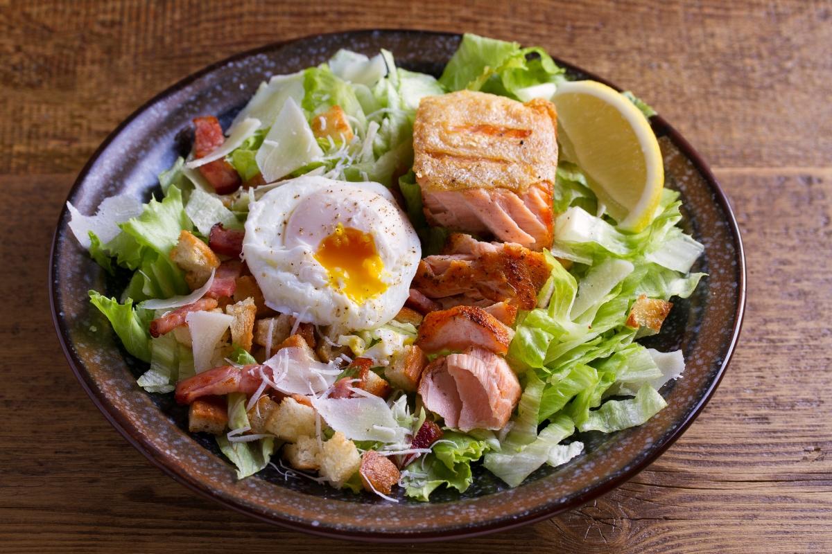 Същото се отнася за всякакъв вид салами и колбаси. Всеки вид месо, преминал обработка и в който са сложени различни консерванти не е добра добавка за салата.