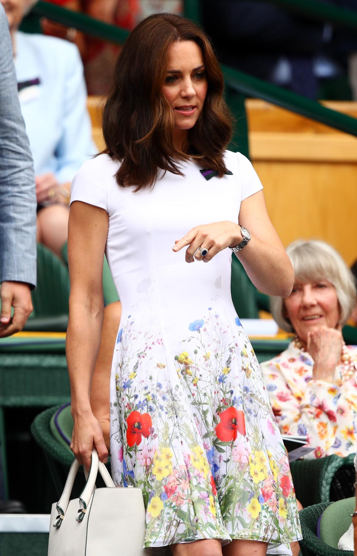 Оранжевото или не допада на херцогинята, или тя просто още не си се представя в дрехи с този цвят, отбелязва изданието Harpers Bazaar.
