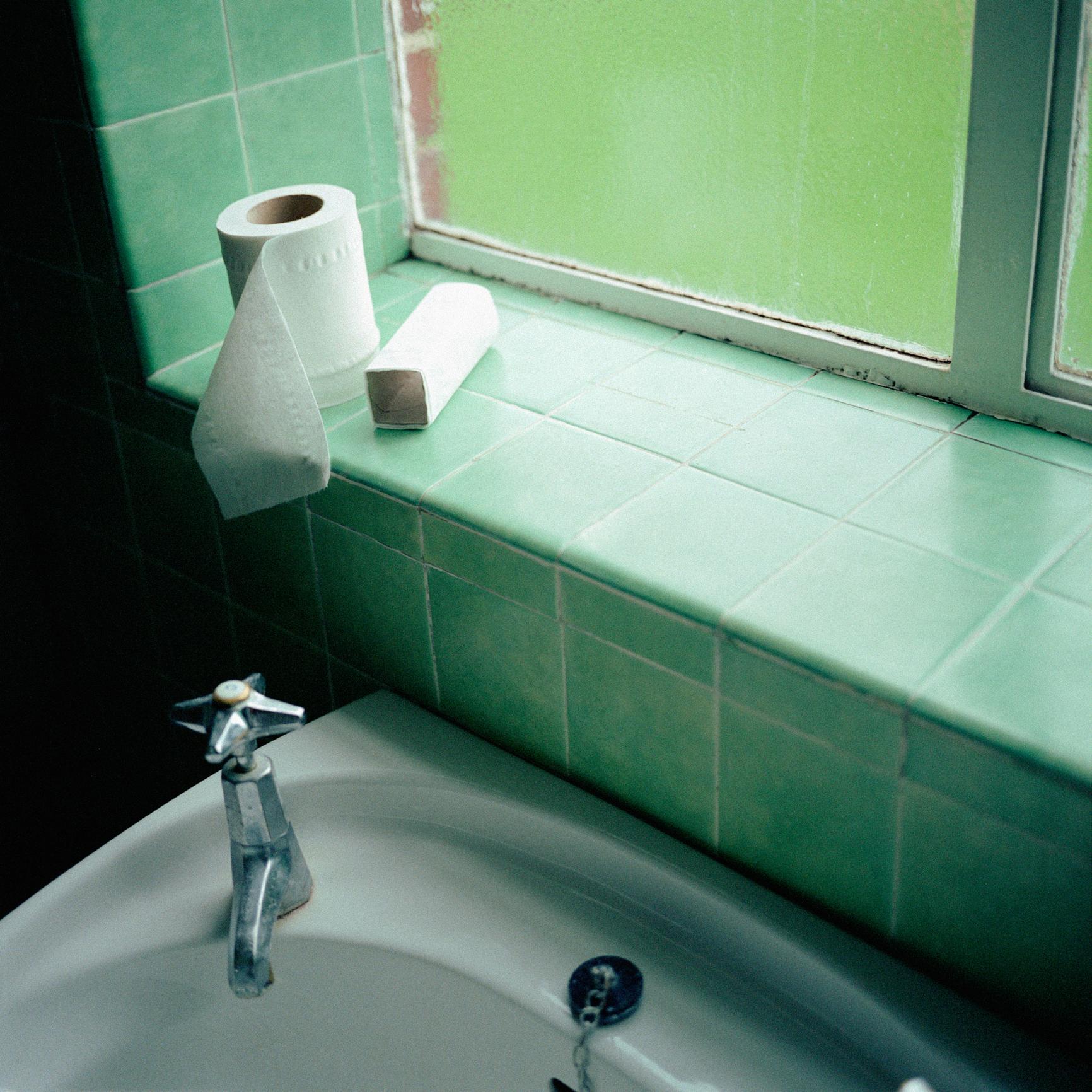 Когато миете плочките в банята или друго помещение, оставете препарата, който използвате да престои до 10 минути поне. Така всичката мръсотия, натрупала се между фигите ще се разтвори много по-добре. Не го отмивайте веднага.