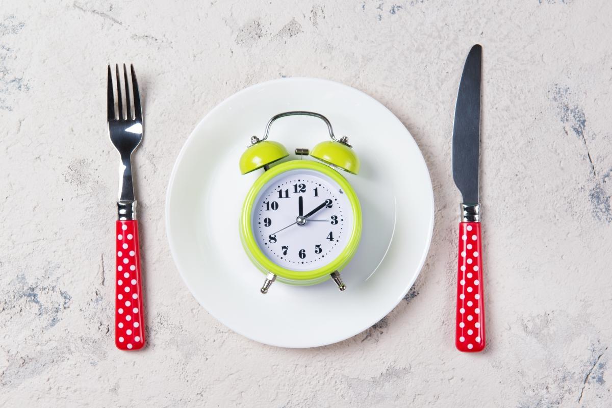 Лимоновата вода е полезна за метаболизма. Можете да изпиете чаша около 20 минути преди хапване.
