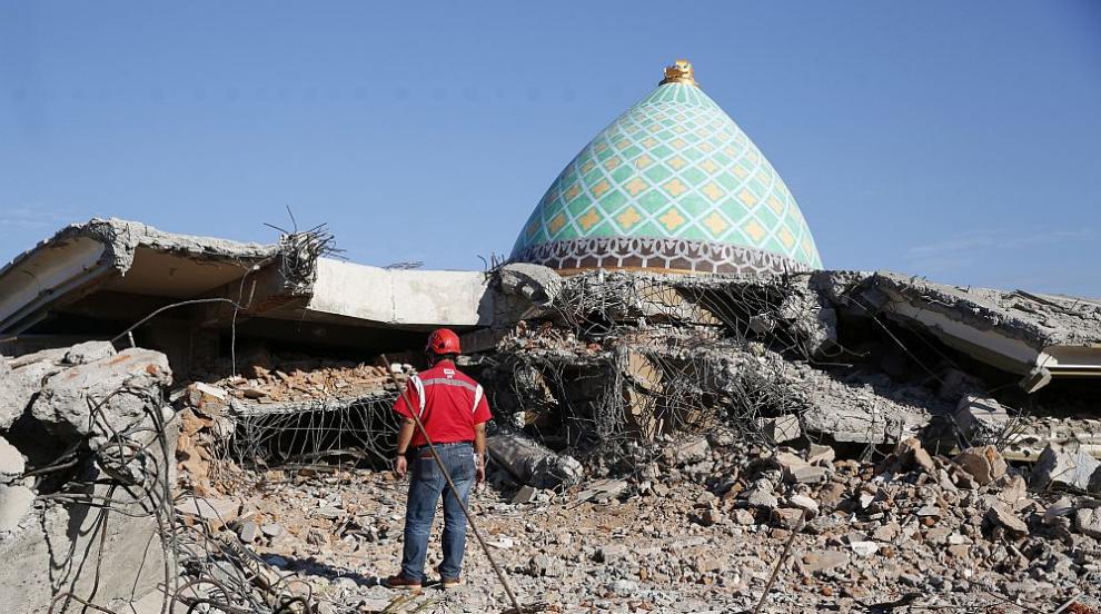 Расте броят на жертвите на земетресението в Индонезия