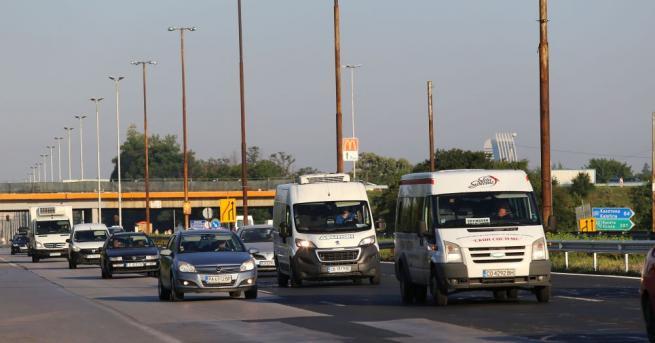 Предпразнично: Километрични задръствания по пътищата в страната Километрични задръствания се