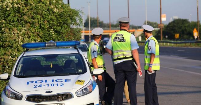 Продължават ежедневните засилени полицейски проверки по пътищата на страната.