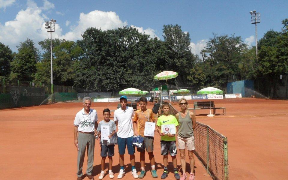Елена Пампулова направи подарък за малките български тенисисти