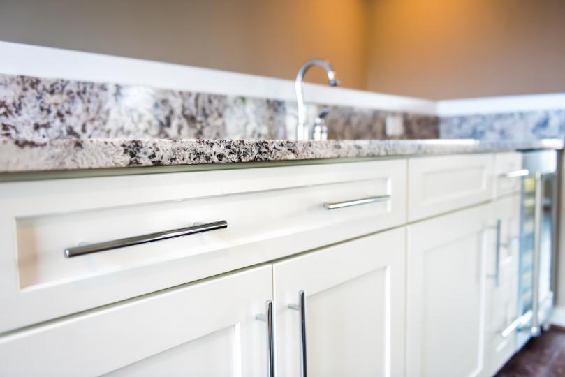 <p><strong>Кухненски шкафове</strong></p>  <p>Te не бива да бъдат подлагани на много влага. Поддържай чистотата им, като ги избърсваш с микрофибърна кърпа при нужда, а отделни места - с гъба и топла вода. Веднъж месечно можеш да ги почистваш цялостно с мека гъба или кърпа с топла вода и само няколко капки перилен препарат, след това избърши с влажен парцал, а накрая подсуши&nbsp;със суха кърпа.</p>