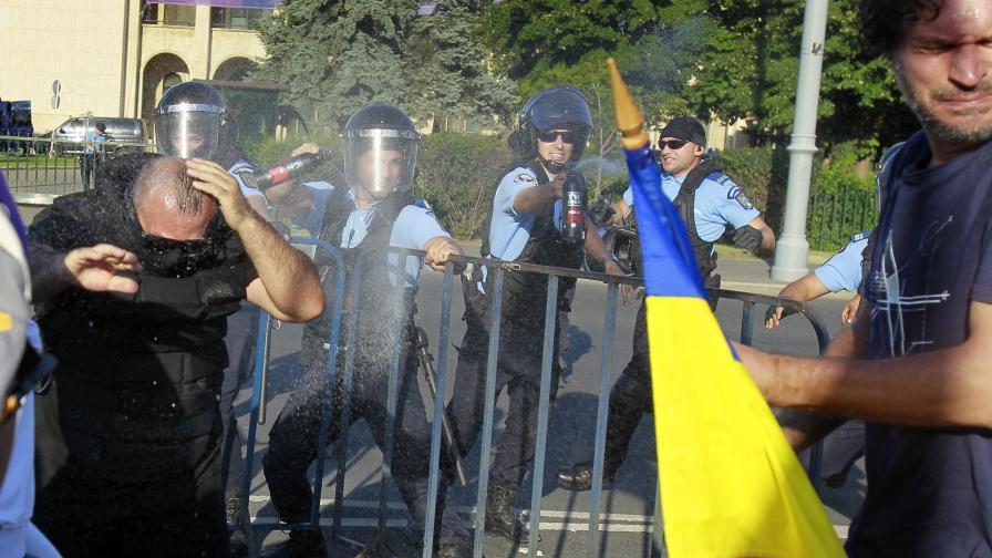 Огромен протест в Румъния, сблъсъци и ранени