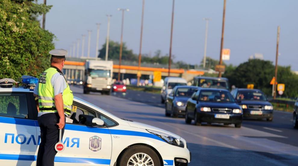 Още има добро: Полицаи помогнаха на жена, закъсала на пътя