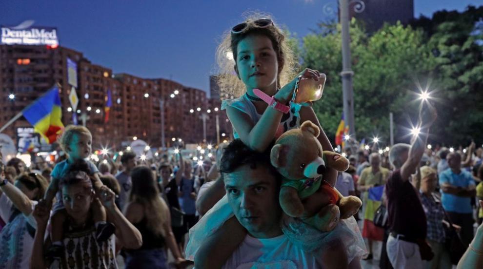 Трета вечер поред: Хиляди на протест в Букурещ (ВИДЕО)