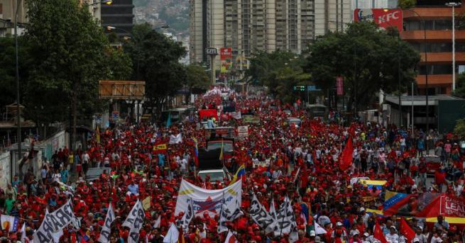 Хиляди венецуелци дефилираха вчера в столицата Каракас, за да изразят