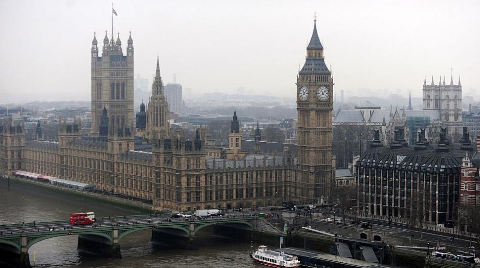 Кола помете пешеходци край британския парламент, има ранени (СНИМКИ)