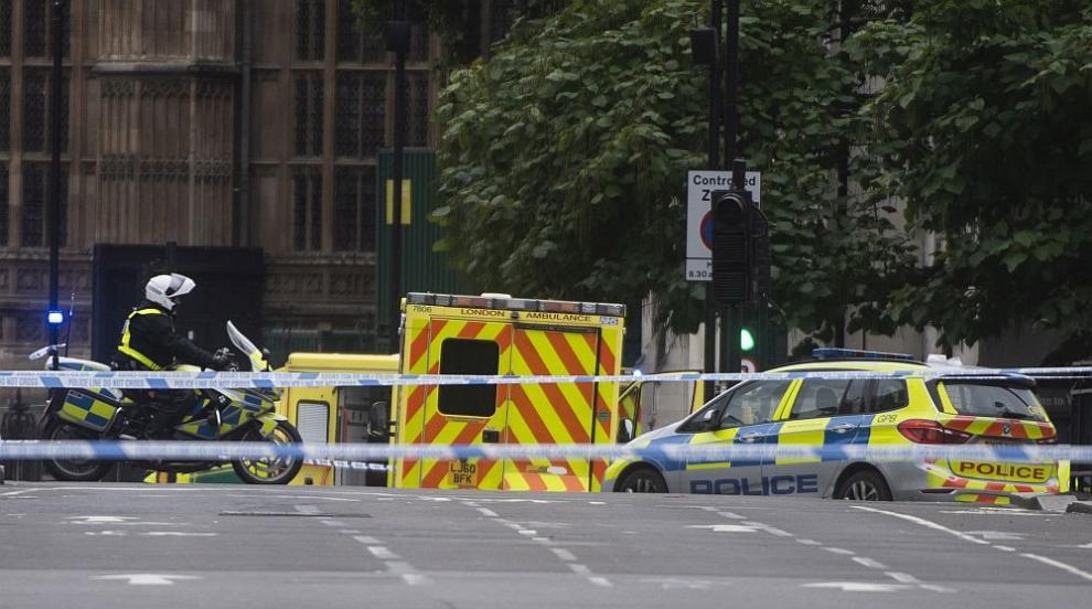 Кола помете пешеходци край британския парламент, има ранени (СНИМКИ/ВИДЕО)