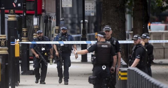 Британската полиция разглежда инцидента пред парламента като терористичен акт. Шофьорът,
