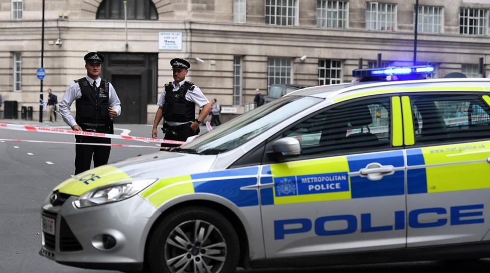 Автомобил помете група хора в Лондон